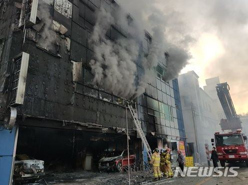 ▲Fire fighters putting out fire in Jaecheon
