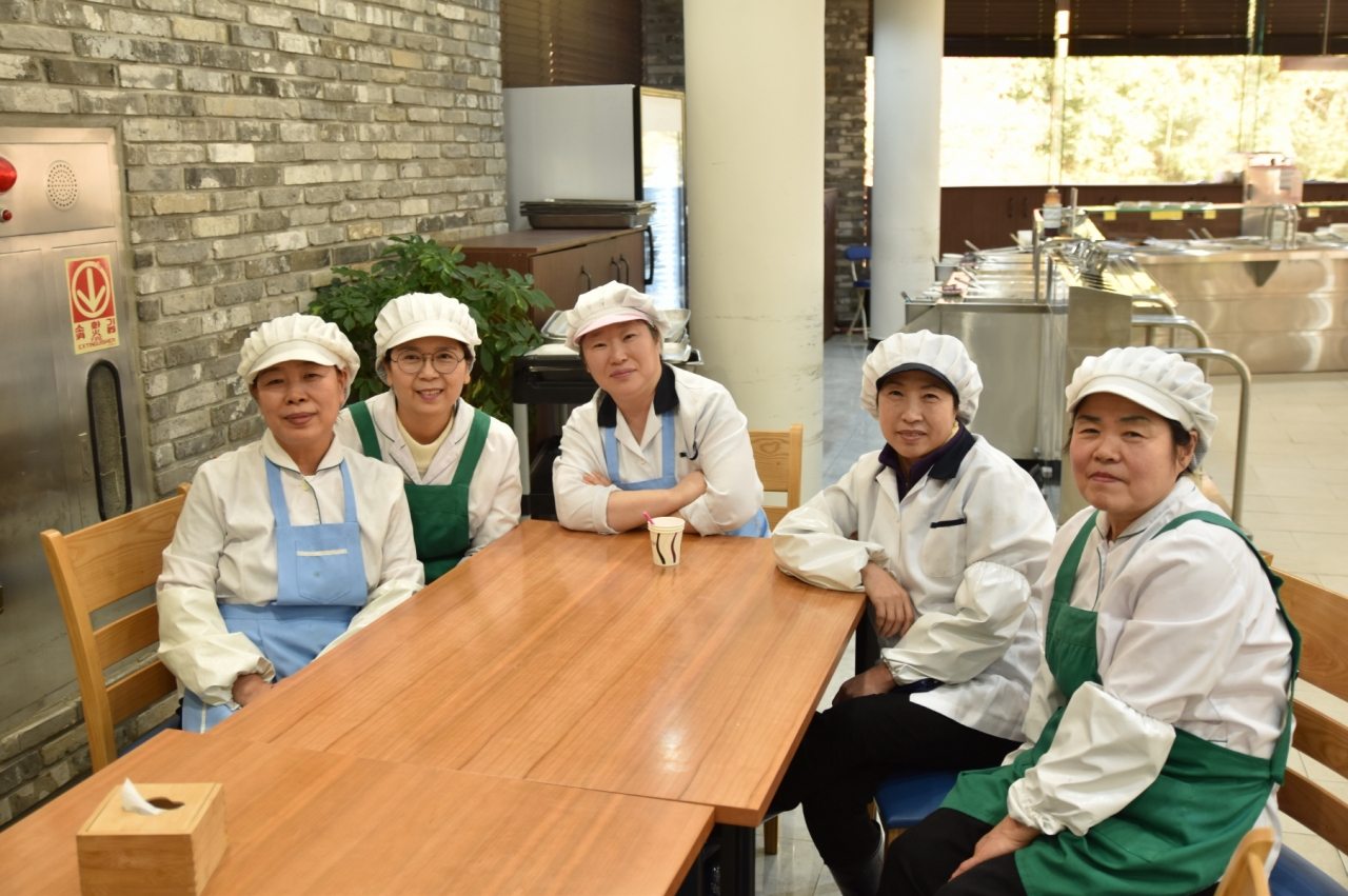 ▲Five staffs working at Jigok Community Center Cafeteria