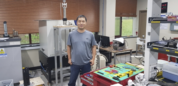 Prof. Kim Jee-hoon in the MFM laboratory