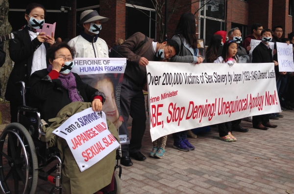 People demanding apologis from Japan's Prime Minister Shinzo Abe / Google.com