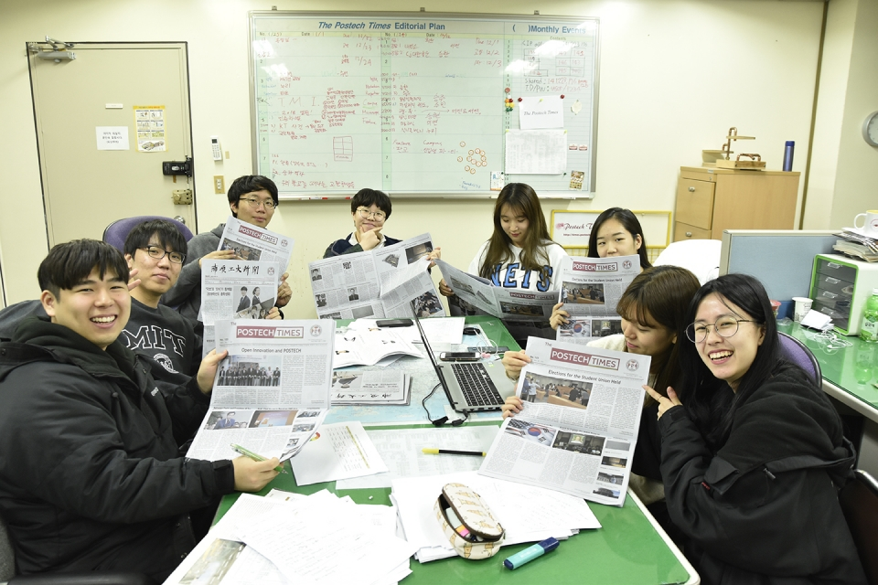 ▲All reporters with newspaper, one day at the weekly meeting