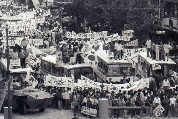 ▲Citizens of Gwangju protesting in front of the JeollaNamdo Provincial Office on May 21, 1980. / mediacity