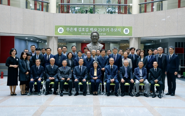 ▲Professors and faculty members in front of the statue of Dr. Kim