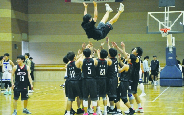 ▲Excited basketball players at Sports Complex, KAIST