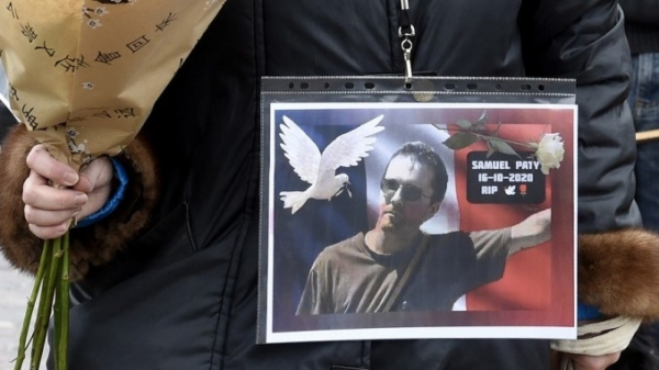 ▲A protester expressing solidarity with Samuel Paty / The Article